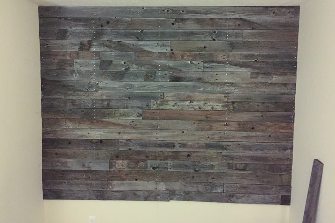 Check out this amazing pallet wall made with FREE pallet wood! I love the gray tones!