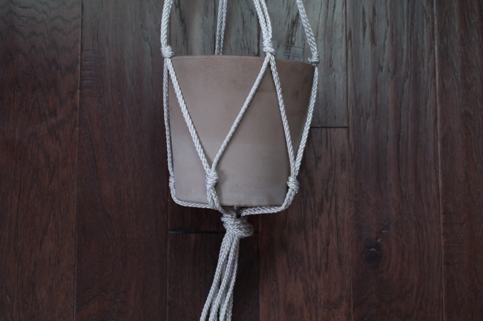 Really easy tutorial for making a cute macrame hanging planter! Click for the full tutorial!