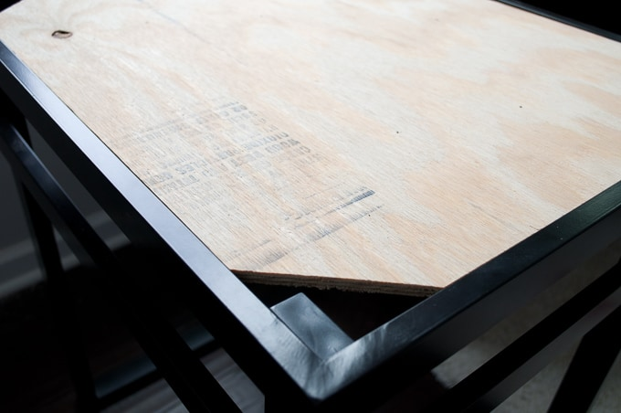 I love the look of wood and metal together! These DIY mixed material tables combine industrial and rustic design.