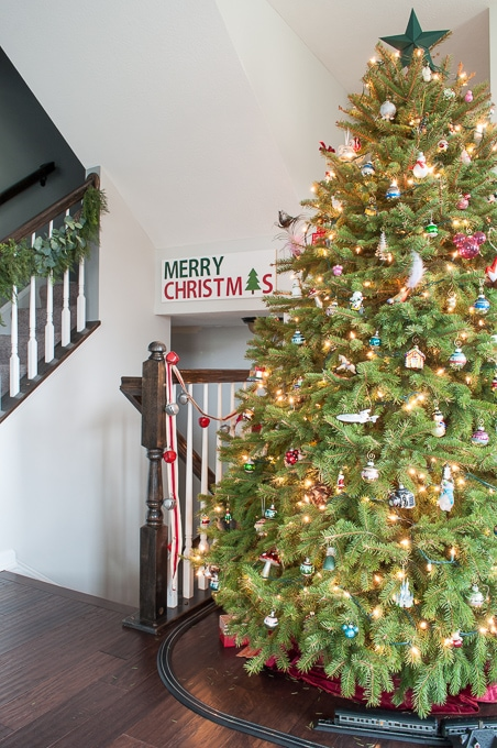 Modern meets Traditional Christmas Home Tour. This home mixes styles and creates a cozy Christmas living room with a beautiful real Christmas tree!
