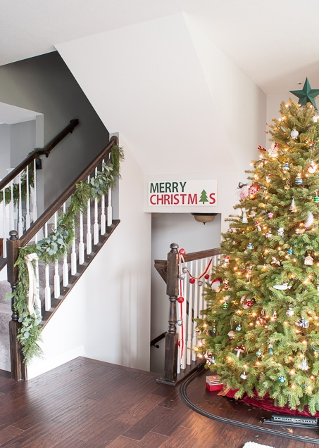 Tutorial for making a DIY Merry Christmas wooden sign. Such a great Christmas decoration craft! Make the stencil using your Cricut Explore!