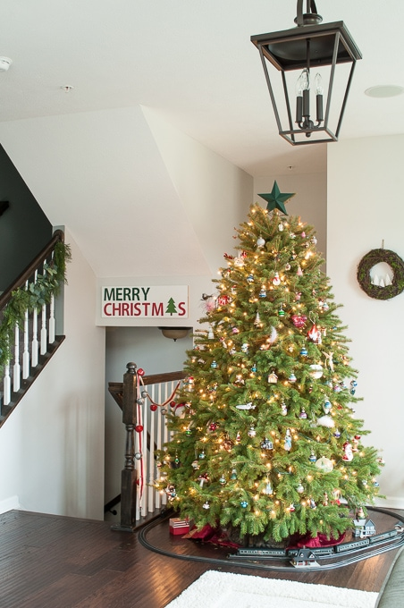Modern meets Traditional Christmas Home Tour. This home mixes styles and creates a cozy Christmas living room with a beautiful real Christmas tree!Modern meets Traditional Christmas Home Tour. This home mixes styles and creates a cozy Christmas living room with a beautiful real Christmas tree!