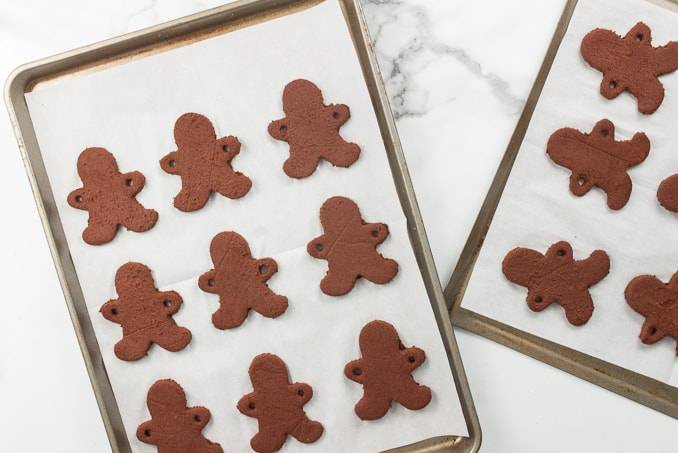 Gingerbread Men Cookie Garland - create this cute craft by making a cinnamon applesauce dough. These are adorable and make your house smell like Christmas cookies!