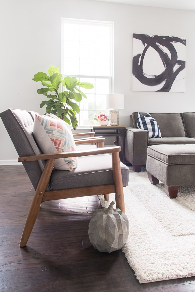Simple and modern fall home tour. Get inspired to decorate your home for the autumn season by touring this fresh and bright home.
