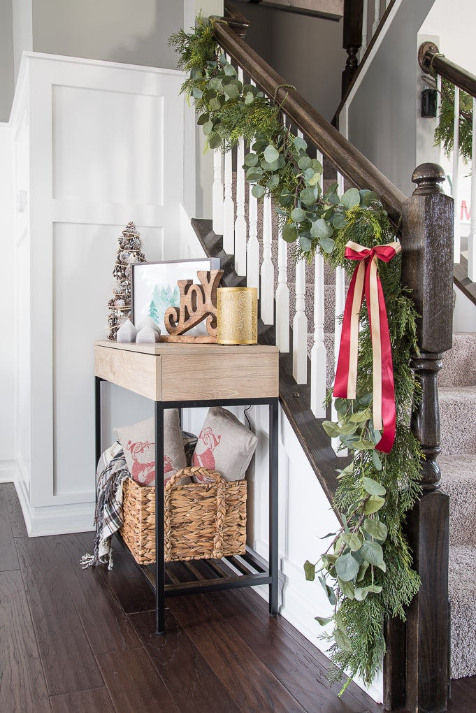 A simple Christmas dining room tour. Beautiful garland and festive modern classic decorations deck out this space for the holiday season.