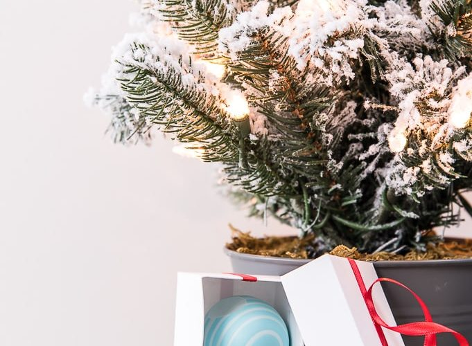 folding box gift ornaments in different colors with gifts inside